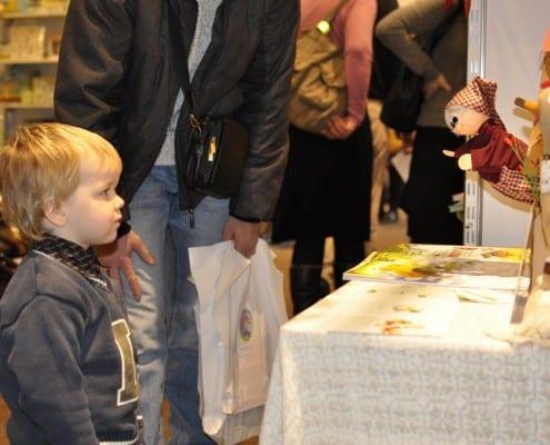 Jaunasis skaitytojas bendrauja su pasakų močiute.