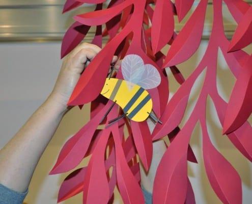 Bitės tūpia ant šakų